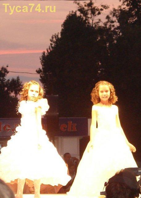 Маленькие модели в вечерних платьях