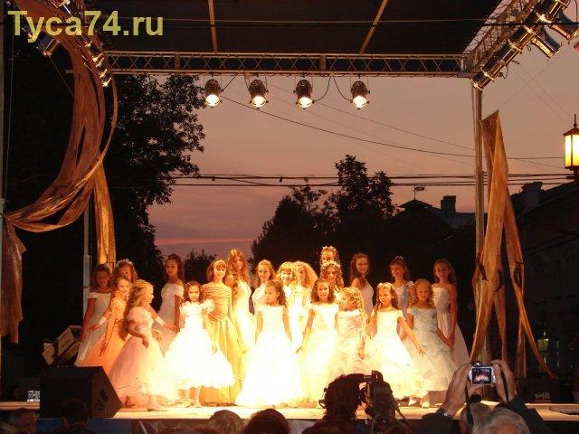 Девочки в вечерних платьях