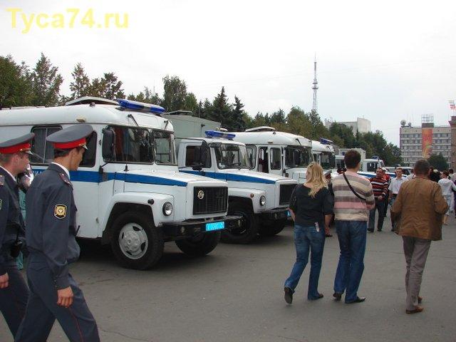 Ряд миллицейских автобусов